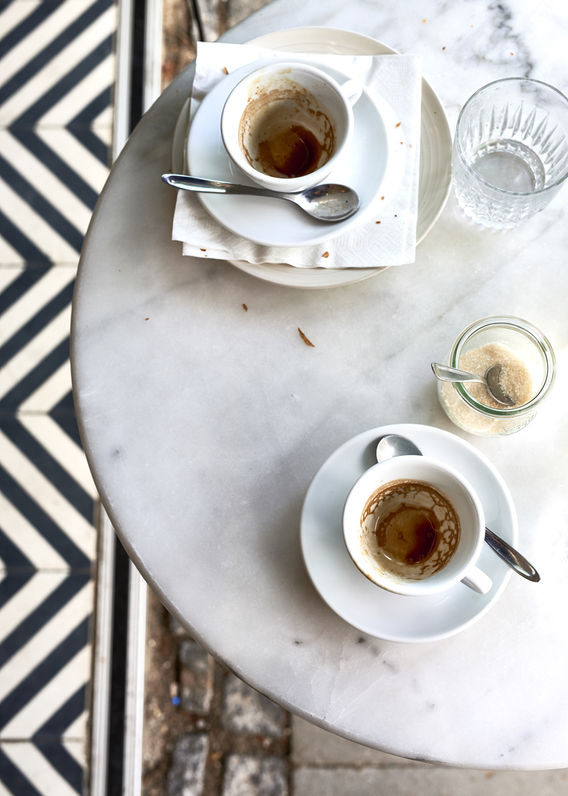 Empty-cups-of-coffee-on-marble-table