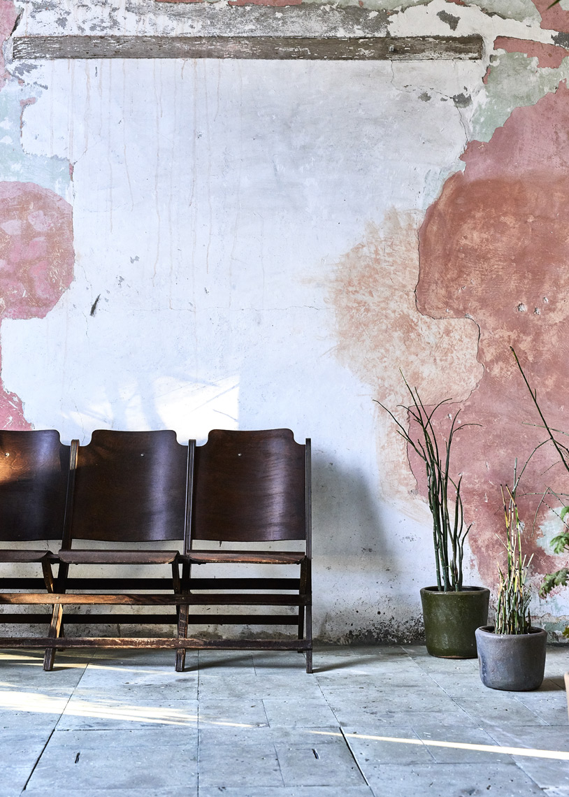 Vintage-chairs-along-pink-plaster-wall