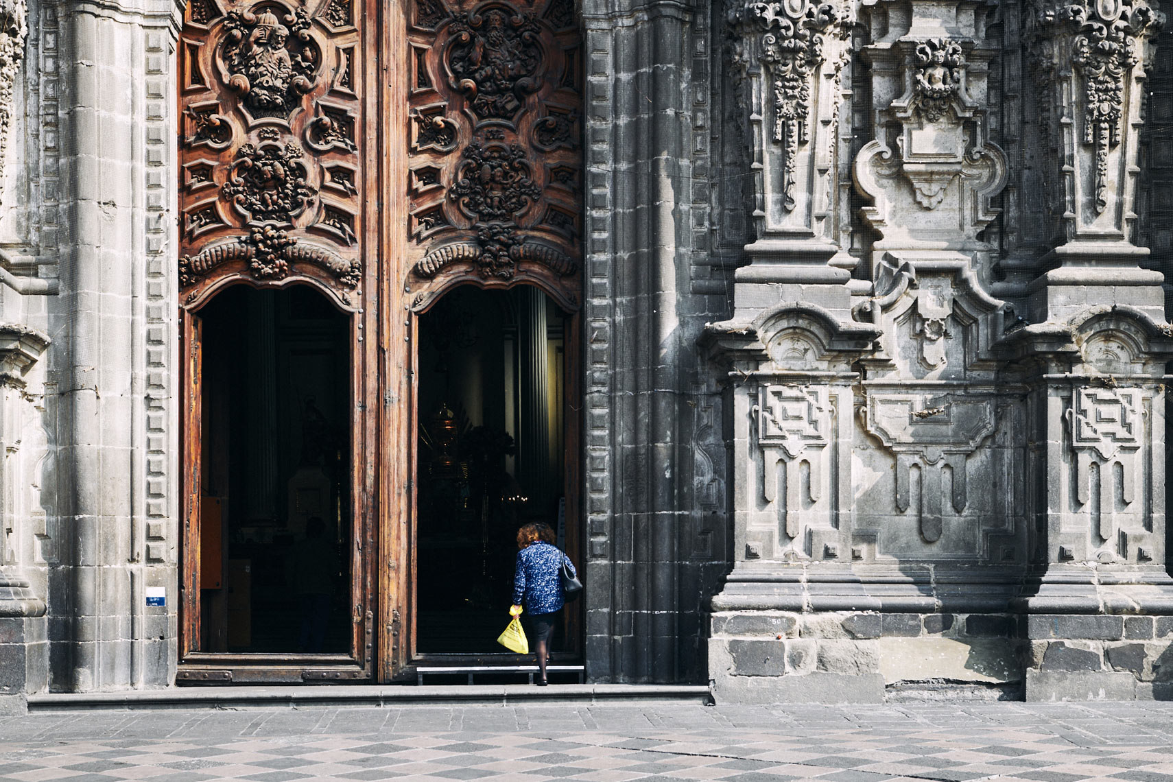 Woman-with-bag-walks-into-Mexico-City-church